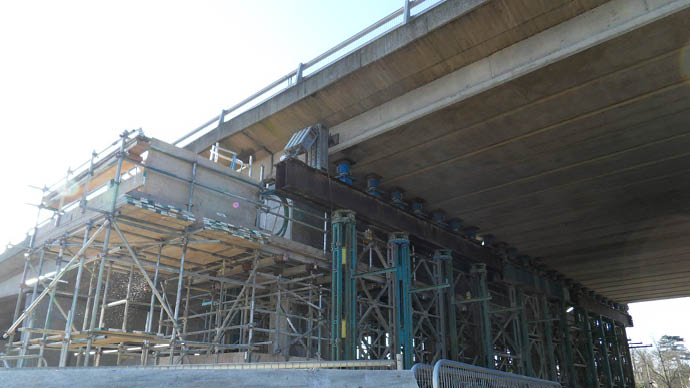 Propping a pier using hydraulic jacks under viaduct